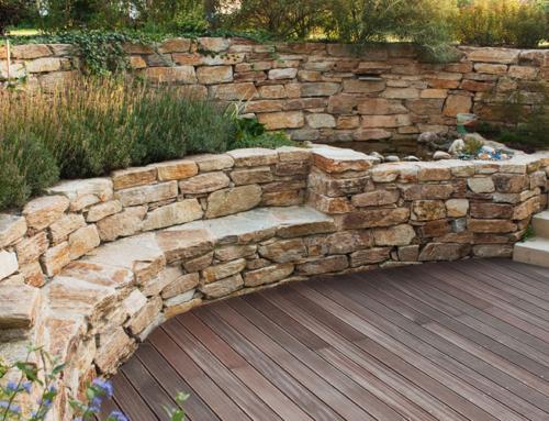 Holzterrasse mit Mauerbank