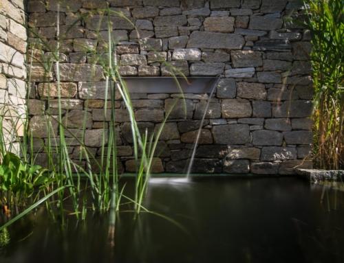 Wasserbecken mit Natursteinmauer