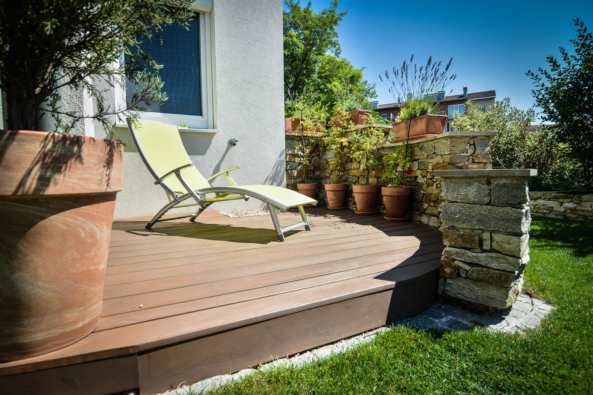 Kleingarten mit Holzterrasse – Gartengestaltung Zimmer